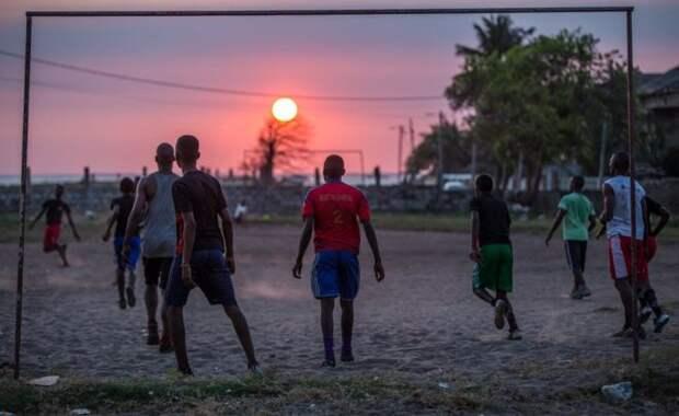Мужчины почти каждый день собираются недалеко от гостиницы, чтобы сыграть в футбол.