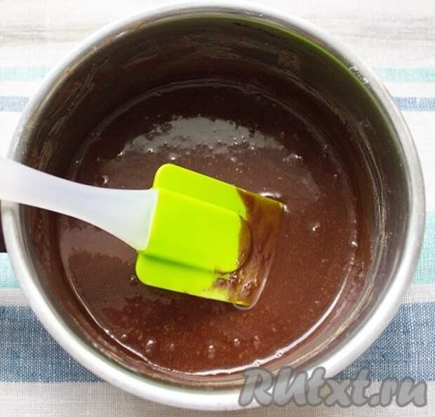 Для приготовления глазури: в ковшике или кастрюльке соединить сахарную пудру, какао и кипяток, перемешать, поставить на водяную баню, довести до однородной массы.