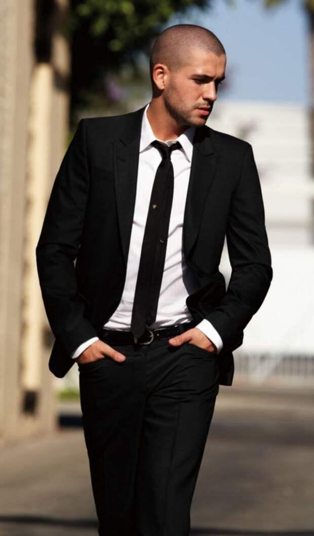 Красивый лысый мужчина