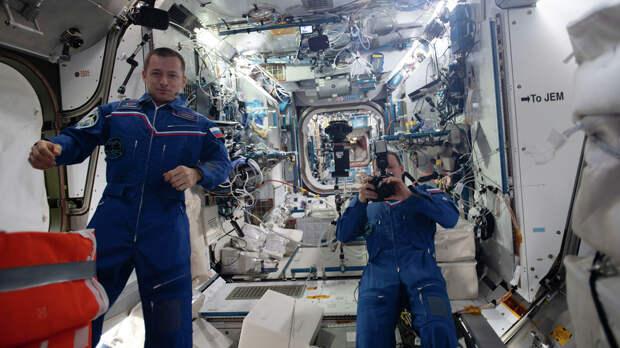 Киноэкипаж на корабле «Союз» начал спуск с орбиты на Землю