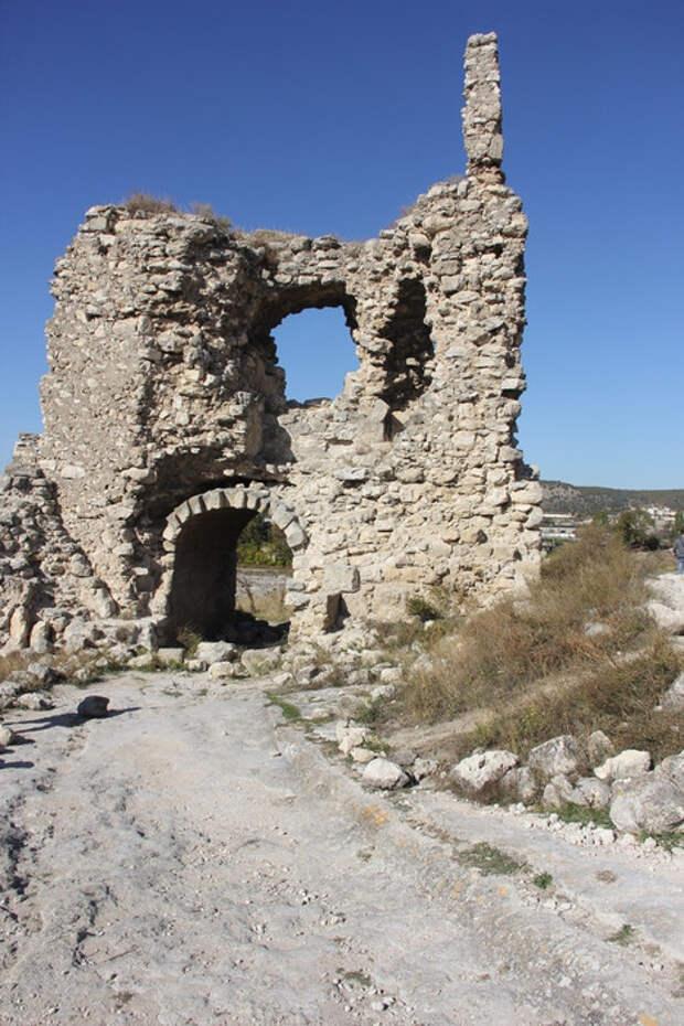 Загадки Каламиты: что скрывают разрушенные башни над Чёрной рекой