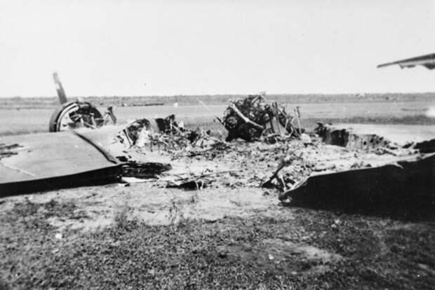 Сгоревший на аэродроме голландский DC-3. awm.gov.au - «Неистовые орлы» в стране кенгуру | Warspot.ru