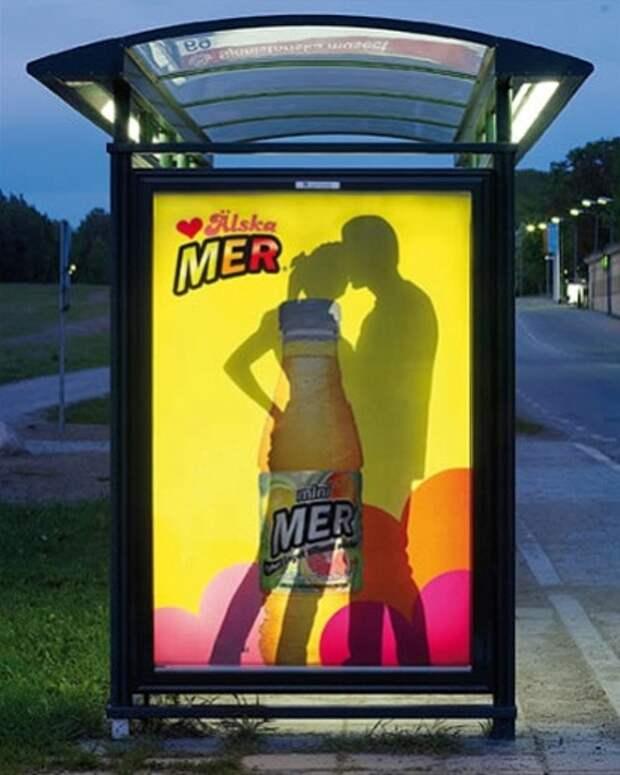Ночные превращения рекламы на остановке