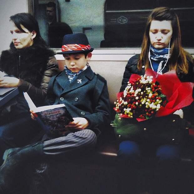 Малец-заглядение! книги, метро, чтение