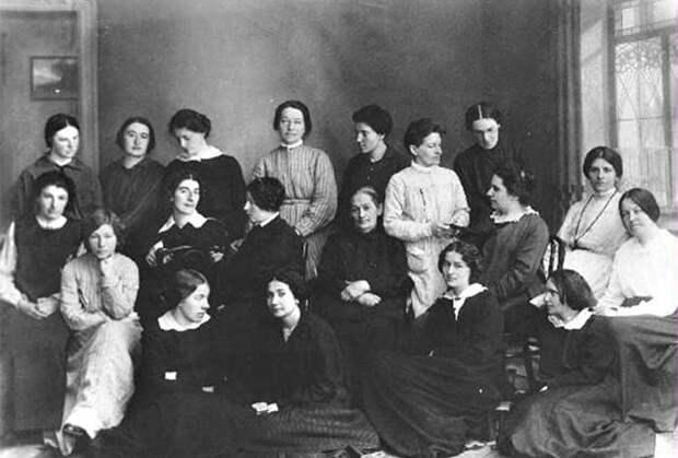 Каторжанки после освобождения в марте 1917 года. Фанни Каплан в среднем ряду около окна