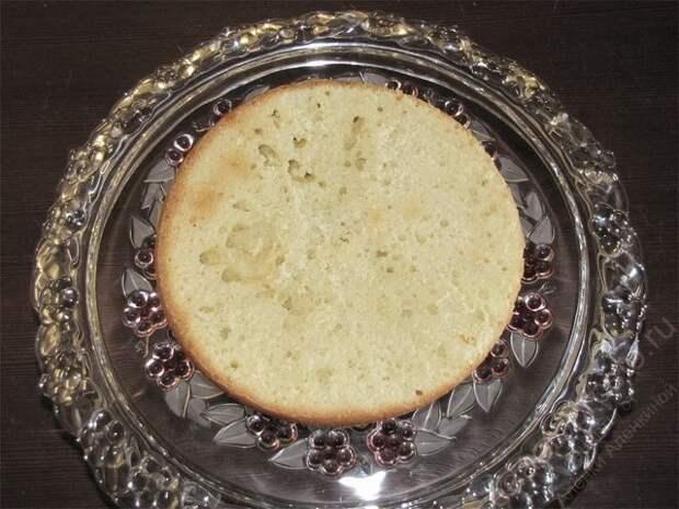 По очереди опустить в крем все нарезанный кусочки темного и светлого коржей. пошаговое фото этапа приготовления торта Графские развалины