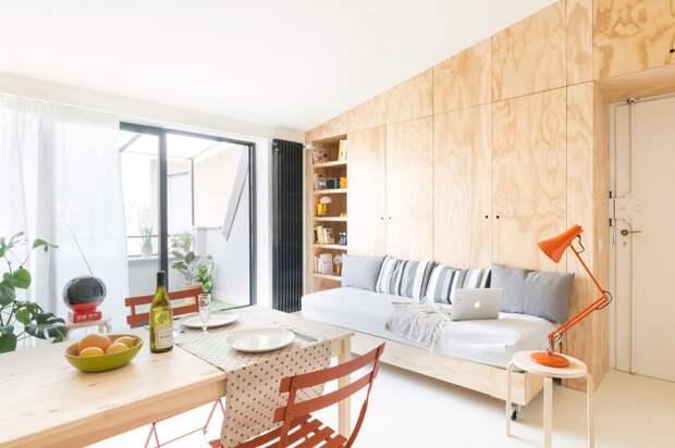 Интерьер квартиры - светлая гостиная с панелями из фанеры