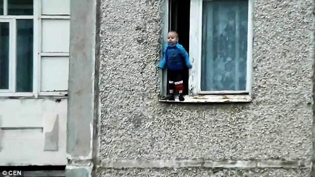 Шокирующее видео: русский мальчик танцует на парапете, пока родители заняты своими делами
