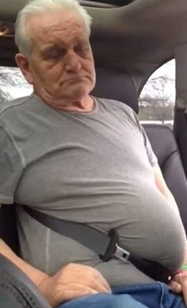 Пенсионер застрял в ремне безопасности