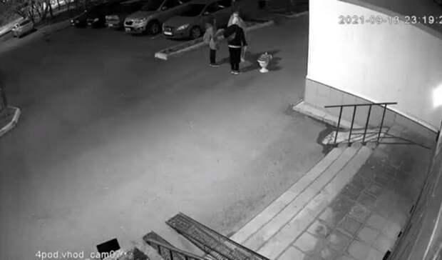 ВТюмени одетый вштору мужчина украл вазу сцветами