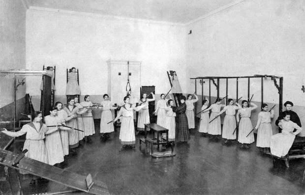 Воспитанницы Смольного института благородных девиц.