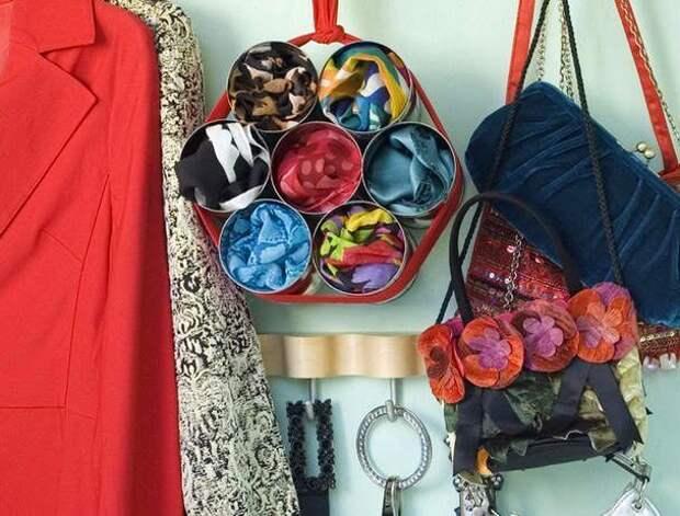 Удобный способ хранить легкие шарфы и платки. Свяжите лентой 7 банок и повесьте конструкций в шкаф.