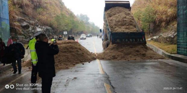 в Китае перекрыли дороги