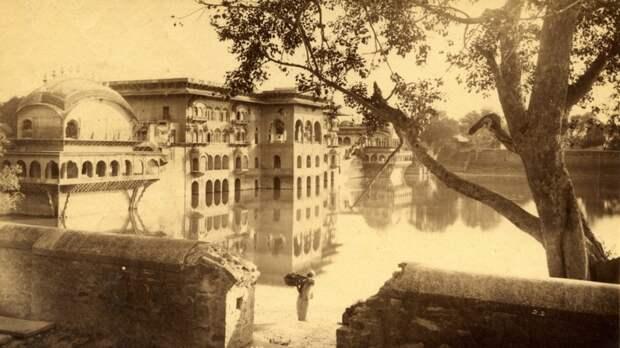 Знаменитый водный дворец в Дииге в Северном штате Раджастан, фото 1884 года.