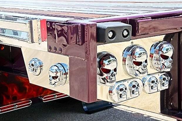 На этом грузовике даже фонари выполнены в виде черепов. Они же – на головке каждого (!) видимого болта и крупной клепки.