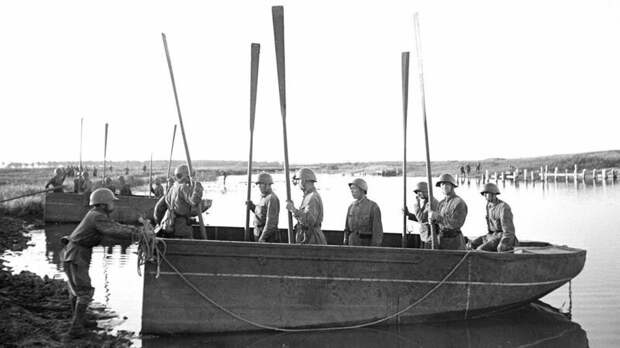 Носовой полупонтон с командой из семи понтонёров, вооруженных веслами (фото С. Фридлянда) авто, автоистория, военная техника, история, переправа, понтон, понтонно-мостовая переправа