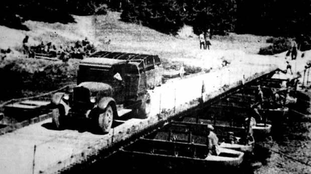 Войсковой наплавной мост, собранный из комплекта тяжелого парка Н2П авто, автоистория, военная техника, история, переправа, понтон, понтонно-мостовая переправа