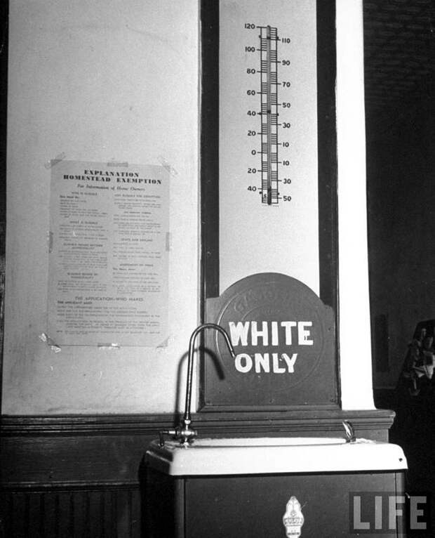 Питьевой фонтанчик с надписью Только для белых