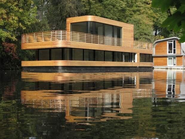 Деревянный дом на воде. Конечно, это не полностью построенный корабль из дерева, а только обшитый планкеном.