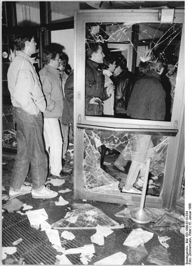 "Захват штаб-квартиры Министерства Безопасности ГДР - ""Штази"" в 1990 году."