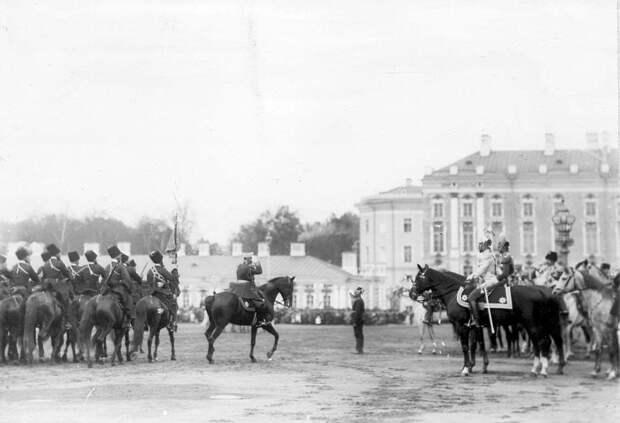 11. Лейб-гвардии Собственный его императорского величества Конвой проходит маршем мимо императора Николая II и принца Фридриха-Вильгельма