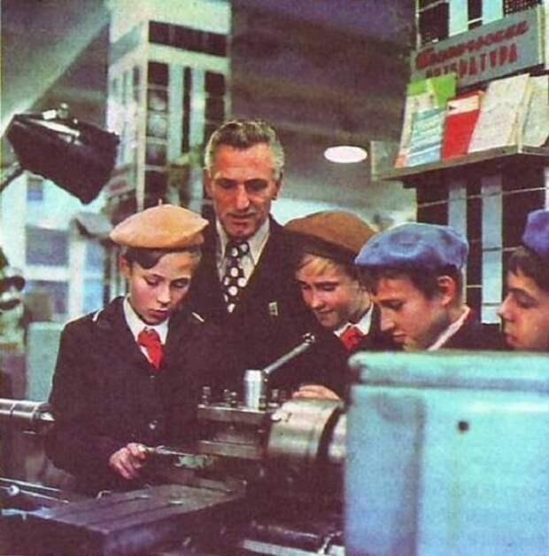 Здесь скорее всего экскурсия на завод, к шефам. Была такая фишка: предприятия брали шефство над школами, иногда помогали чем могли. СССР, история, школа