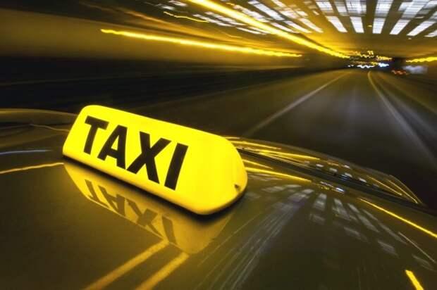 В Петербурге пьяные клиенты избили таксиста (ВИДЕО)