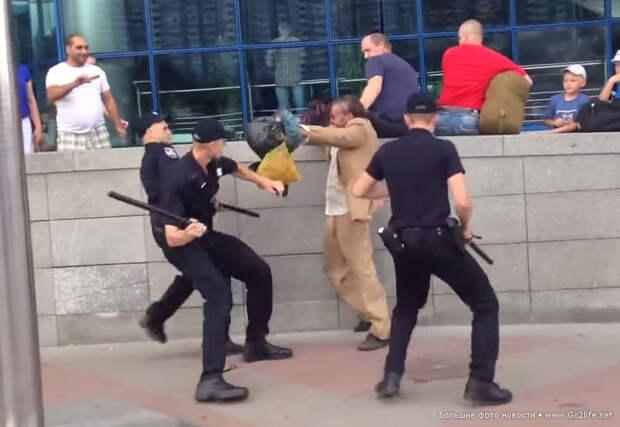 Типичный Киев. Жесть: новые украинские копы против одного больного бомжа