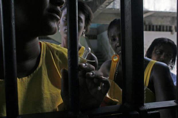 1. Мать ждет встречи с сыном у тюремных ворот. Бедные черные дети, рожденные в тюрьме (или чья мать попала в тюрьму) больше подвержены риску впутаться в преступление, чем дети белых и свободных людей. В Бразилии существует закон, защищающий социально уязвимых детей, но он редко соблюдается. В итоге за детей, оставленных без помощи и поддержки, отвечают бабушки, живущие на свободе. (Luiz Santos)