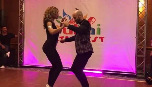 Зажигательная доминиканская бачата в исполнении талантливых танцоров