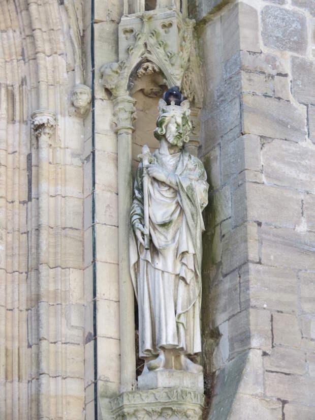Танкред Готвиль. Статуя собора в Кутансе.