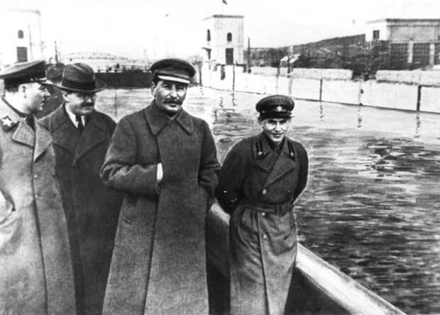 Ежов со Сталиным (справа) до опалы наркома НКВД.