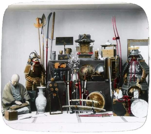 Фотография 1890-х годов различных доспехов и оружие, обычно используемые самураями.