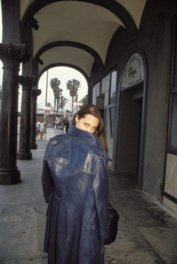 Анджелина Джоли (Angelina Jolie) в фотосессии Мишеля Буркара (Michel Bourquard) (1994), фото 17
