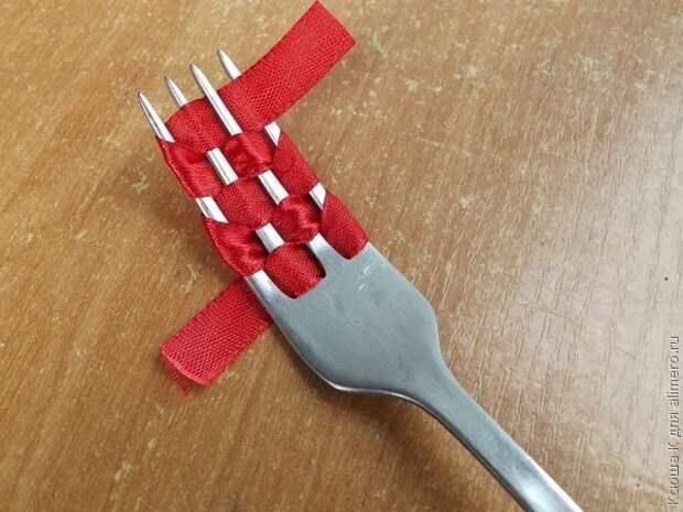 Бантик с помощью обычной вилки: идея, которая гарантированно пригодится в праздники!