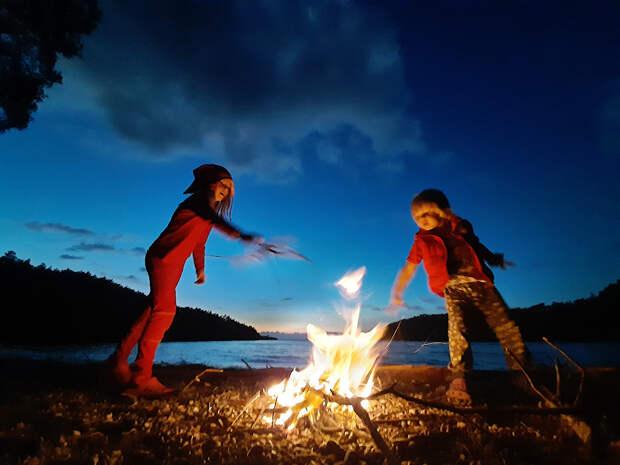 Дети в путешествии жгут костер