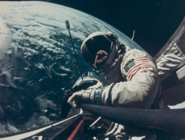 1966, ноябрь. Олдрин совершил крайне успешный выход в открытый космос, в ходе которого отрабатывались навыки перемещения и выполнения различных работ, а также был присоединён трос к корпусу «Аджены»