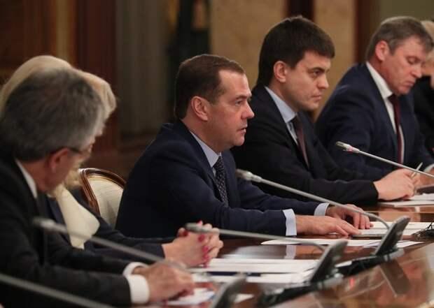 Медведев подписал поручения по ускорению роста экономики