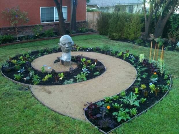 Спиральная клумба может стать дополнением к памятнику или другому декоративному оформлению. /Фото: cdn.goodshomedesign.com