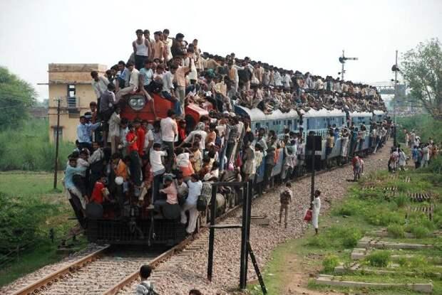 Когда нет денег на удобство в поезде, остается опасное путешествие прямо на поезде. /Фото: geographica.net