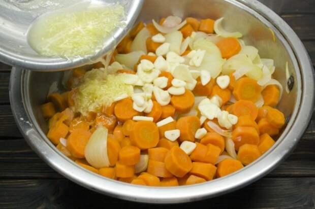 Отваренные овощи остужаем в рассоле, воду сливаем