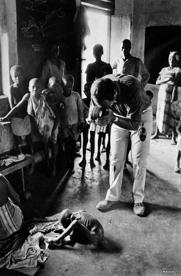 Французский репортер Раймонд Депардон фотографирует ребенка в агонии. Самопровозглашенное государство Республика Биафра, Нигерия, июль 1968 года. история, мгновения жизни, фотография