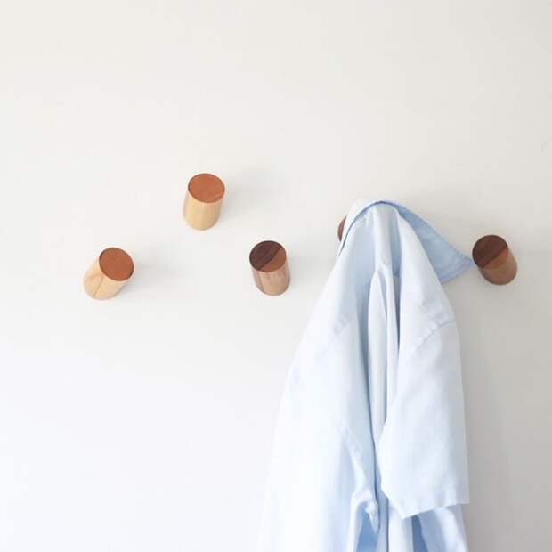Очень минималистичная вешалка из дерева