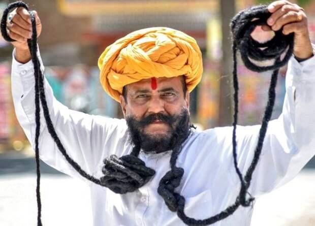 Житель Индии отрастил шестиметровые усы