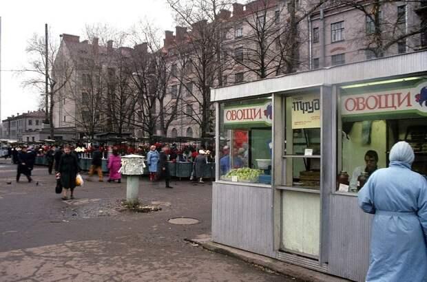 Овощной киоск на площади Ленина Ленинград 1990.jpg