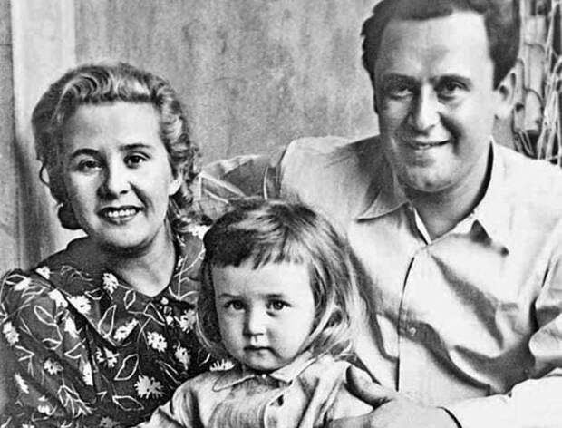 Василий Ливанов в детстве с родителями   Фото: stuki-druki.com