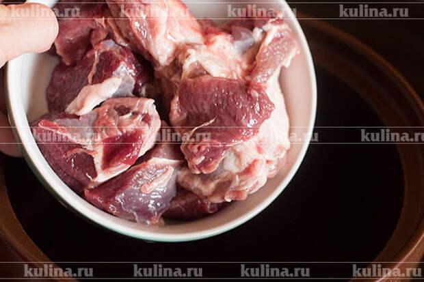 Выложить мясо, обжаривать минут 10-15.