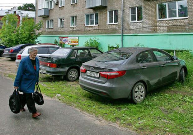 Летом в Москве будут штрафовать за парковку на газонах