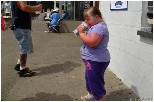 Отсутствие режима питания - тоже весьма распространенная ошибка. Постоянные перекусы, особенно сладостями, запитыми газировкой весьма негативно влияют на здоровье и вес ребенка