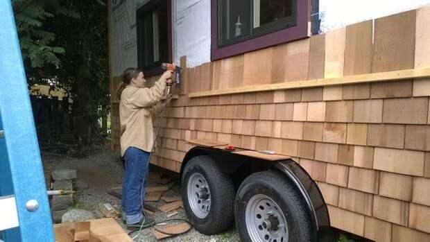 женщина построила дом на колесах, крошечный дом на колесах, внутри дома на колесах